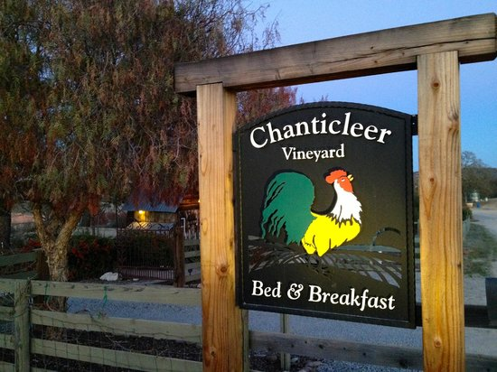 Chanticleer Vineyard Bed and Breakfast: Front Gate Sign