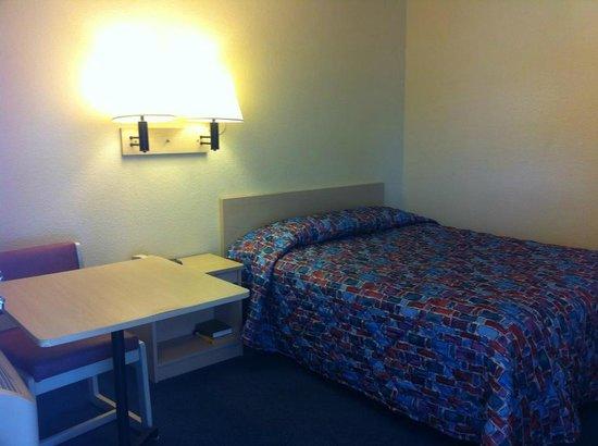 Hilltop Inn & Suites: one bed room