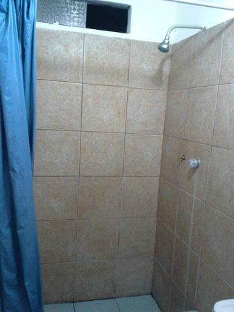 Hotel Fiorella : Box do banheiro. Péssimo aspecto. Lodo no rejunte dos azulejos.
