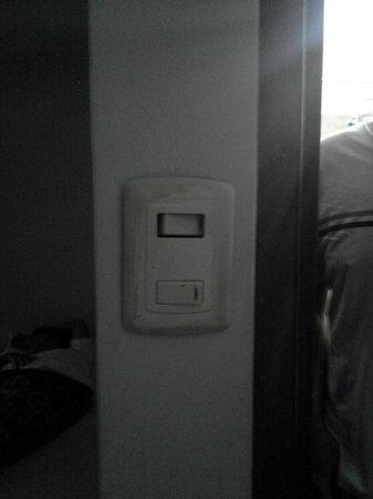 Hotel Fiorella : Precariedade do interruptor de luz.