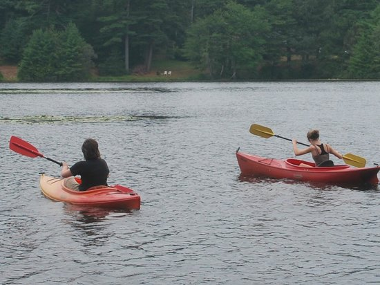 Pinewood Lodge Campground: kayaking on the pond