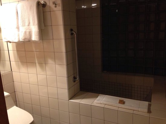 Inn at Middleton Place: Marbled floor with huge tiled tub and shower!