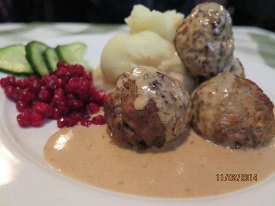 Slingerbulten: Meat balls with loganberries sauce and mashed potato