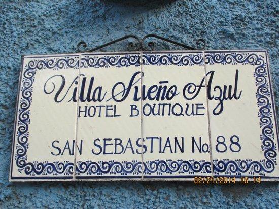 Villa Sueno Azul: Hotel sign near the entrance
