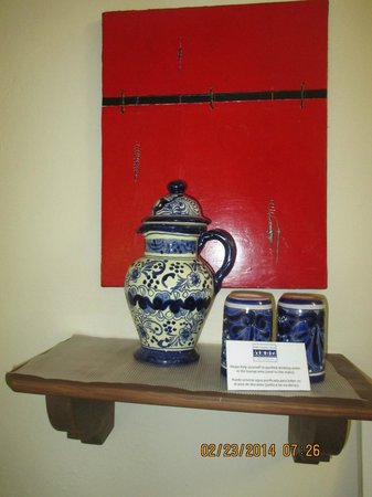 Villa Sueno Azul: 2 mugs for coffee/tea & a vase for free drinking water