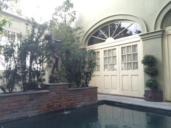 Bienville House: Pool fountain.