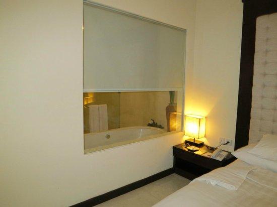 Kamuela Villas and Suite Sanur: Mirror in Bathroom