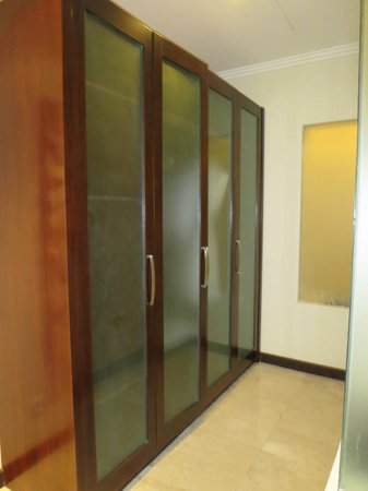 Kamuela Villas and Suite Sanur: Closets at back of the room