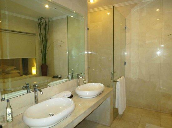 Kamuela Villas and Suite Sanur: Bathroom