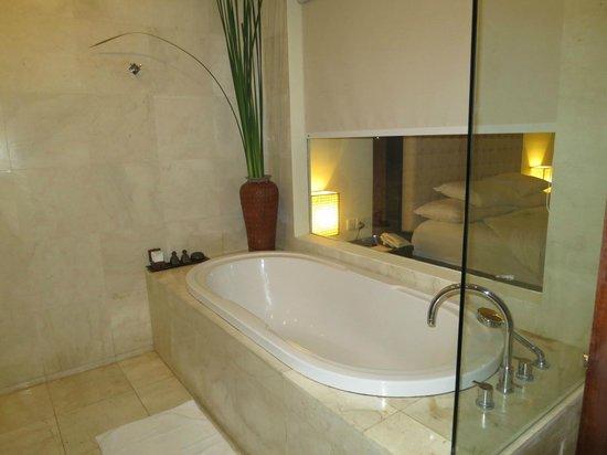 Kamuela Villas and Suite Sanur : Bathtup