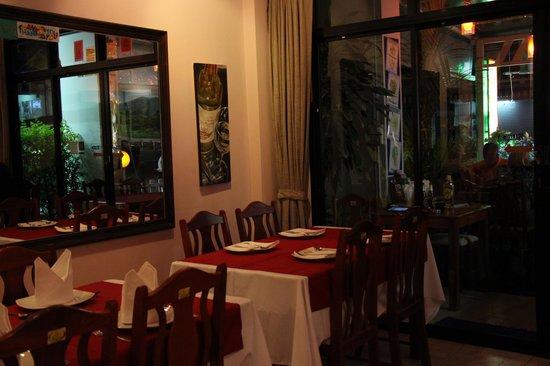 yumyum Restaurant: Inside..