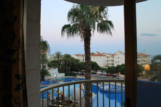 Hotel Best Cambrils : Вид из номера с выходом на бассейн.