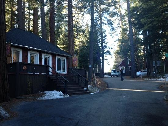 Tahoma Meadows B&B Cottages: driveway up to individual cabins