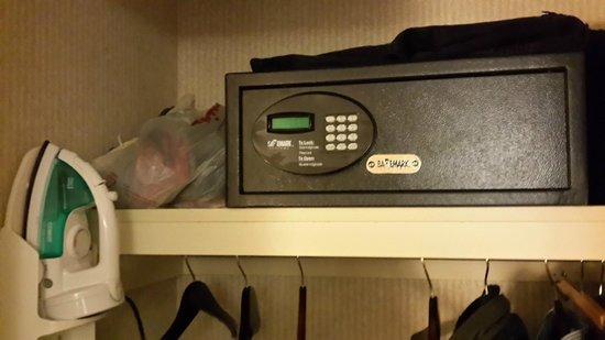 Hampton Inn & Suites Newark-Harrison-Riverwalk : Excelente caja fuerte electrónica en la habitación