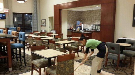 Hampton Inn & Suites Newark-Harrison-Riverwalk : Cómoda y amplia zona de desayuno