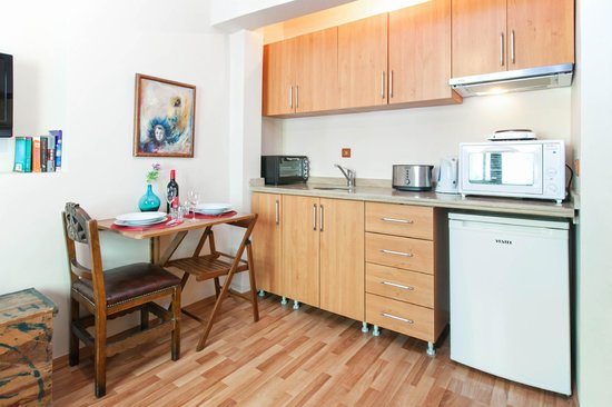 Istanbul Apartments Istiklal: kitchen and dining