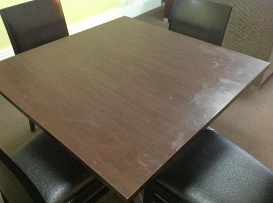 Hyde Park Inn: Dirty table($209 for this!!!!!).