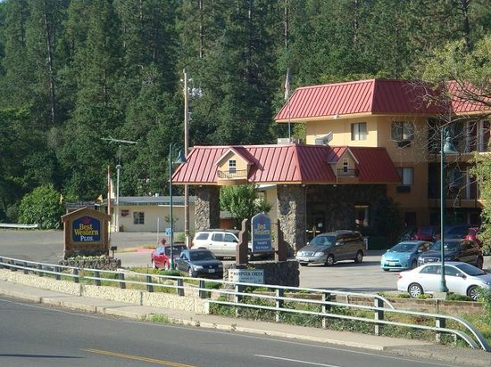 BEST WESTERN PLUS Yosemite Way Station Motel: Viste desde la ruta