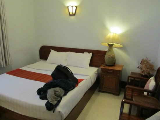 Villa Kiengkham : Bed and nightstand