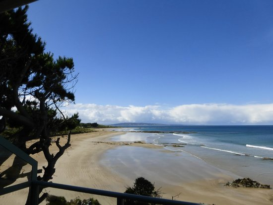 Nugget Lodge : View from terrace along beach