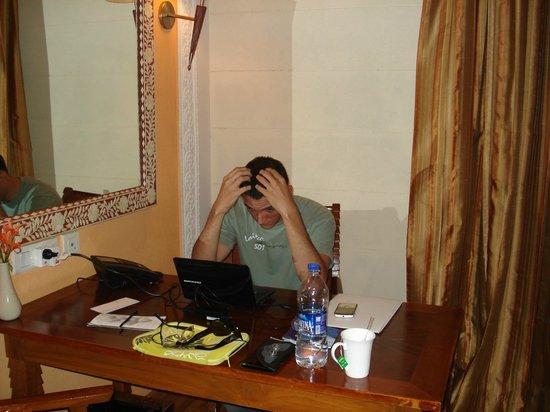 Le Meridien Jaipur Resort & Spa : escritorio muy amplio y wifi