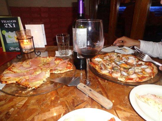 Mamma Mia Ristorante Cafe: pizza de prosciutto y pizza de mariscos