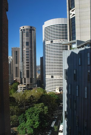 Travelodge Hotel Sydney Wynyard: View from room looking towards Circular Quay