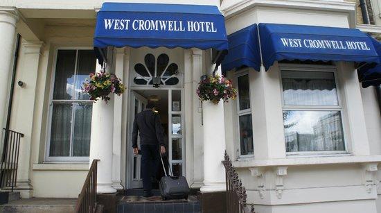West Cromwell Hotel : вход в отель