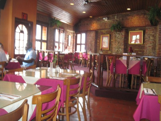 Cuzzin's Caribbean Restaurant and Bar: Dinning in the this lovely setting