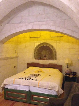 Cappadocia Cave Suites : С виду холодные номера, но очень уютные