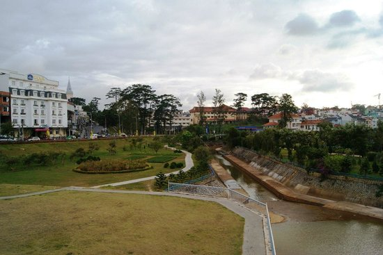 Dalat Plaza Hotel: Вид на отель с дамбы