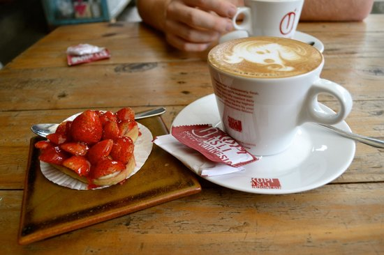 Anomali Coffee Ubud: valentines coffee and cake