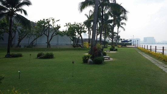Sofitel Philippine Plaza Manila : Outside