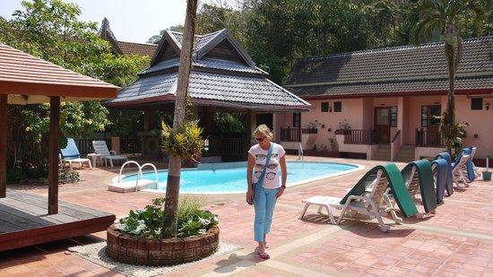 Baan Nern Sai Resort Phuket: Chambres type bungalows (bati) autour de la piscine