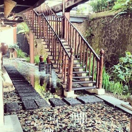 Junjungan Ubud Hotel and Spa: Stairs to Restaurant