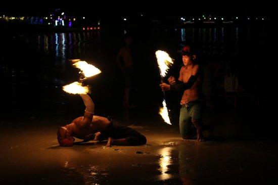 Vongdeuan Resort : Fire Spinners