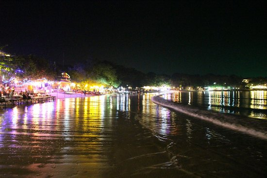 Vongdeuan Resort : Beach at night