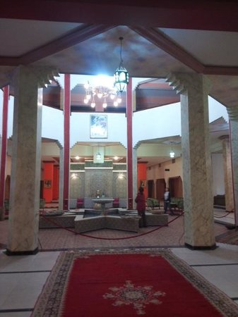 El Ati Hotel : 噴水のあるフロント