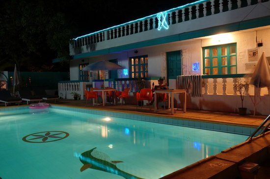 Maggie's Haven Boutique Guest House: Poolside at night...