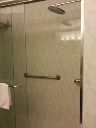 Continental Hotel & Casino: salle de bains