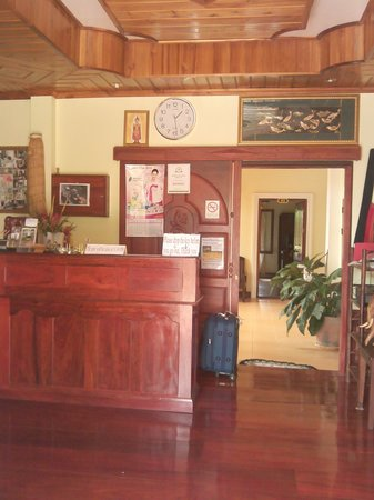 Phone Praseuth Guesthouse: Lobby and front desk