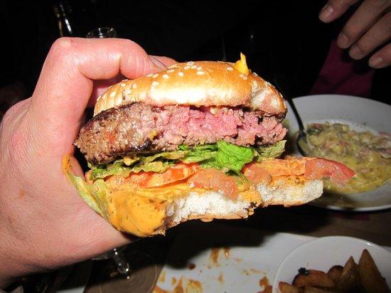 Le Cafe des Beaux Arts: Nice cheese burger