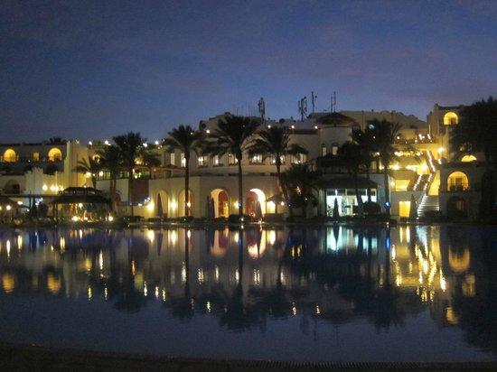 Savoy Sharm El Sheikh: У бассейна вечером