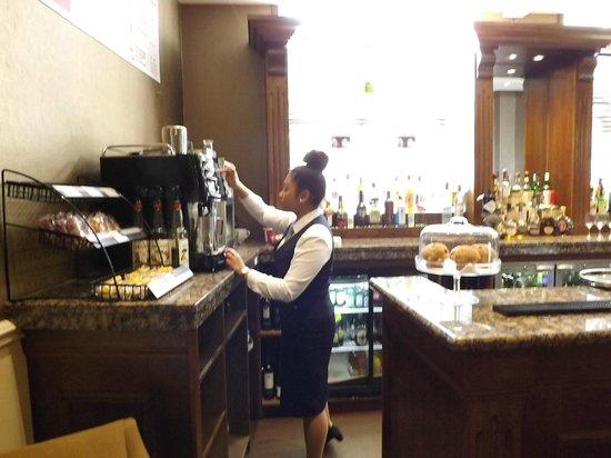 Macdonald New Blossoms Hotel : bar