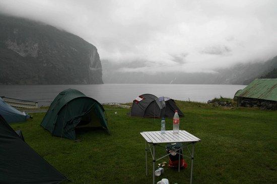 Grande Hytteutleige og Camping под дождем