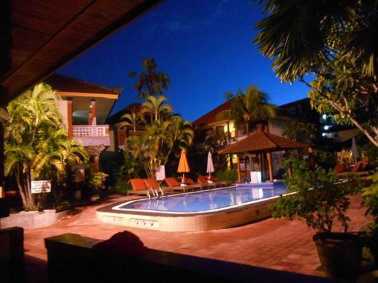 Wina Holiday Villa Hotel : Pool with a bar :)