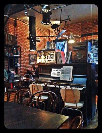Gaslight Restaurant & Wine Bar: Quirky decor