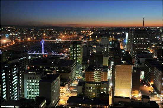 Protea Hotel by Marriott Johannesburg Parktonian All-Suite: Night view from Skylevel showing Nelson Mandela Bridge