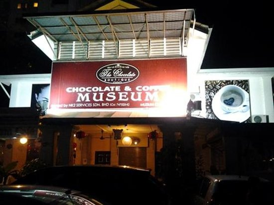 Red Inn Cabana: Tampak musium coklat depan hotel