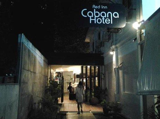 Red Inn Cabana : Tampak hotel dari depan waktu malam hari